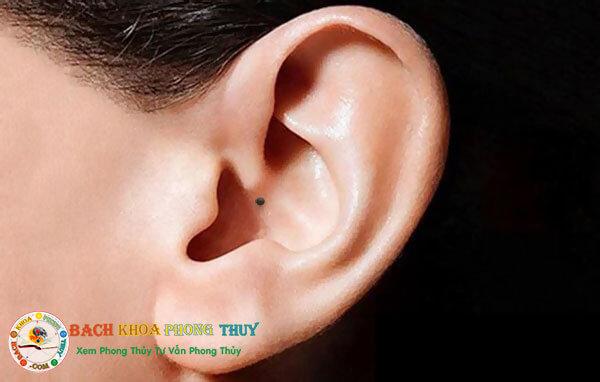 Nốt ruồi ở lỗ tai phụ nữ